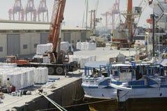 在一艘船的大港口起重机装货货物在塞拉莱, 2014年10月21日,塞拉莱港  图库摄影