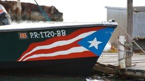 在一艘船的波多黎各旗子,在La Parguera 免版税库存图片