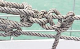 在一艘船的绳索在海 免版税库存照片