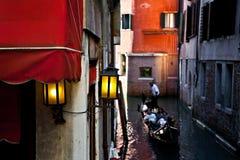 在一艘长平底船的夫妇在威尼斯,意大利 免版税图库摄影