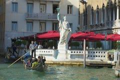 在一艘长平底船的步行在老镇 意大利威尼斯 库存照片