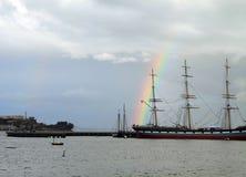 在一艘高船后的彩虹,旧金山湾 库存照片