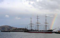 在一艘高船后的彩虹,旧金山湾 库存图片