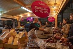 在一街道圣诞节的意大利传统食物公平在 免版税库存图片