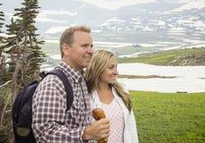 在一起山远足的美好的夫妇 免版税图库摄影
