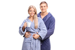 在一起摆在蓝色的浴巾的年轻夫妇 库存图片