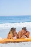 在一起放松的泳装的快乐的逗人喜爱的夫妇 库存照片