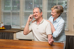 在一起电话的资深夫妇 图库摄影