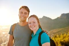 在一起自然远足的年轻学生夫妇 免版税图库摄影