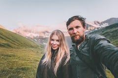 在一起采取在山旅行生活方式概念游人的爱男人和妇女的夫妇selfie在浪漫 库存照片