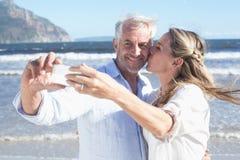在一起采取selfie的海滩的已婚夫妇 库存照片