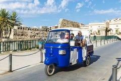 在一辆三轮车的家庭在Siracusa,西西里岛,意大利 库存照片