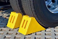 在一辆停放的卡车的轮子的黄色塞子 库存照片