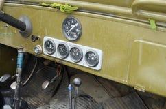 在一辆军用吉普的驾驶舱内 免版税库存照片