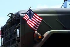在一辆军车的美国旗子 免版税库存照片