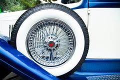 在一辆减速火箭的汽车的幅射器的背景的白色轮子 免版税库存照片