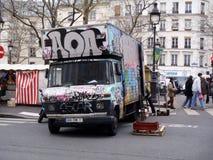 在一辆卡车的Graffitti在一个市场上在巴黎 免版税库存图片