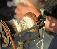 在一辆古色古香的手纺车的缝合针线 库存图片
