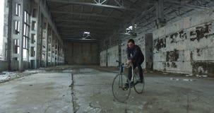 在一辆固定的齿轮自行车的把戏 股票视频