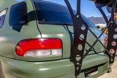 在一辆平的绿色汽车修造的后方掠夺者 免版税库存图片