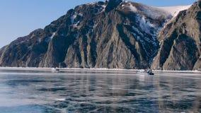 在一辆强有力的雪上电车的一次旅行通过水库的伟大的被冰的风景 股票录像