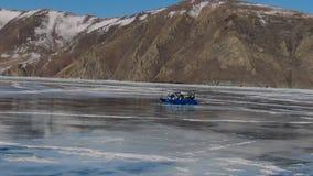 在一辆强有力的雪上电车的一次旅行通过水库的伟大的被冰的风景 股票视频
