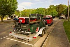 在一辆拖车的一辆老经典卡车在美国 库存图片