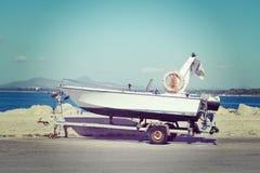 在一辆拖车的小船由船坞 免版税库存照片