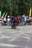 在一辆摩托车的前轮的立场在阿列克谢加里宁表现的摩托车展示的在Verhovazhe沃洛格达州reg 库存照片