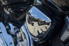 在一辆摩托车的引擎的反射在一个晴天 库存图片