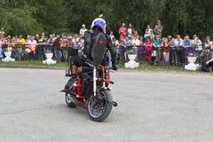 在一辆摩托车的特技在表现阿列克谢加里宁 免版税图库摄影