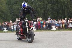 在一辆摩托车的特技Aleksey加里宁 库存图片