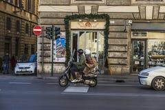 在一辆摩托车的年轻夫妇在罗马,意大利 免版税库存图片