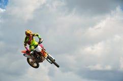 在一辆摩托车的MX车手在天空中 免版税库存图片