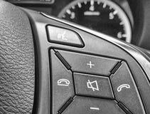 在一辆新的汽车的方向盘命令 免版税库存照片