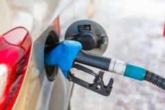 在一辆新的汽车的汽油箱的气泵喷管 库存照片