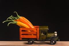 在一辆木卡车背后的黄色和红辣椒 免版税库存照片