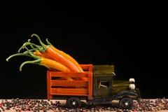 在一辆木卡车背后的黄色和红辣椒 免版税库存图片