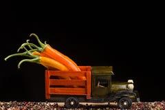 在一辆木卡车背后的黄色和红辣椒 库存照片