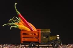在一辆木卡车背后的黄色和红辣椒 免版税图库摄影