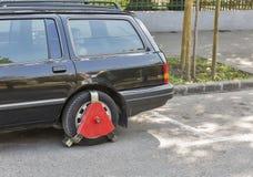 在一辆未付的停放的汽车的车轮锁 库存图片