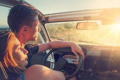 在一辆汽车的夫妇在日落 免版税库存图片