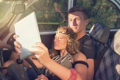 在一辆汽车的夫妇在日落 免版税库存照片