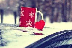 在一辆汽车的杯在冬天季节 免版税库存照片