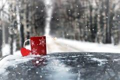 在一辆汽车的杯在冬天季节 免版税图库摄影