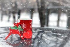 在一辆汽车的杯在冬天季节 库存照片