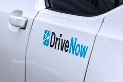 在一辆汽车的现在推进标志在柏林德国 免版税库存图片