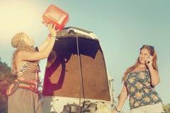 在一辆汽车附近的女孩没有燃料 免版税库存照片
