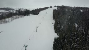 在一辆滑雪电缆车的飞行在喀尔巴阡山脉 下降在滑雪的人鸟瞰图  影视素材