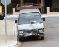 在一辆现代搬运车的前端的被猛击的防撞器 免版税库存照片
